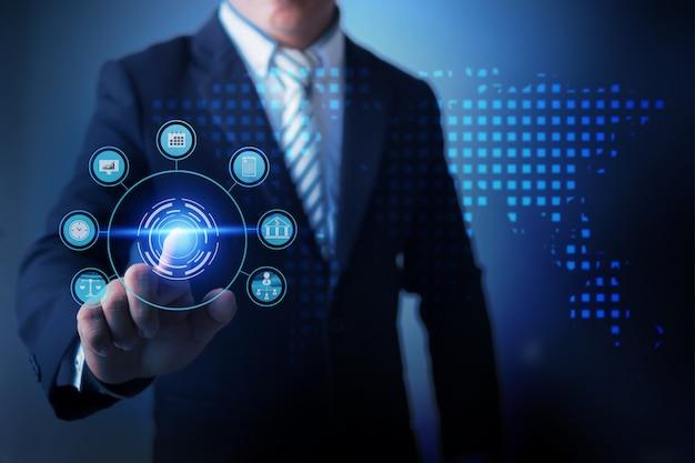 Uomo d'affari facendo uso dell'affare globale commovente di realtà virtuale e analizzando i dati dell'affare di finanza con il grafico digitale economico. Foto Premium
