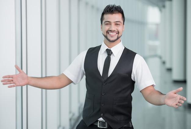 Uomo d'affari felice con le mani a parte per accogliere. Foto Premium
