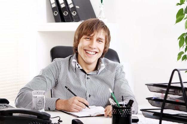 Uomo d'affari giovane e di successo Foto Gratuite