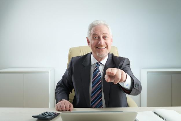 Uomo d'affari invecchiato che indica alla macchina fotografica Foto Gratuite