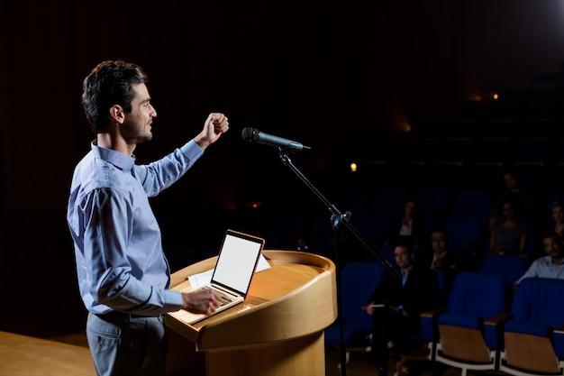 Uomo d'affari maschio che dà un discorso Foto Gratuite