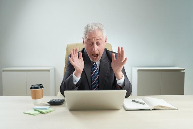 Uomo d'affari maturo ha ricevuto le notizie negative Foto Gratuite