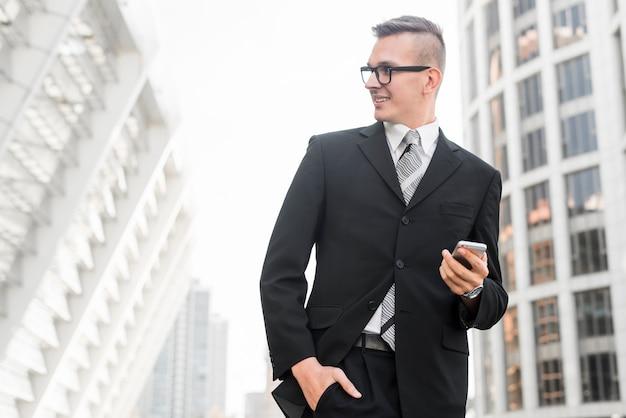 Uomo d'affari moderno con smartphone Foto Gratuite