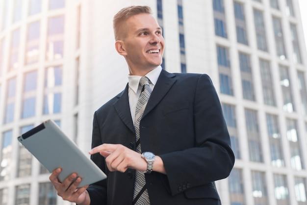 Uomo d'affari moderno con tavoletta Foto Gratuite