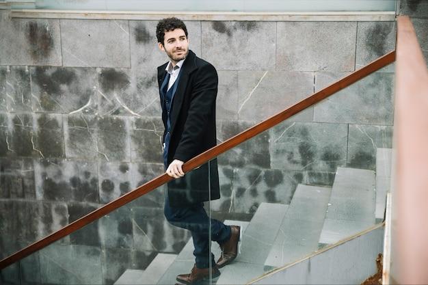 Uomo d'affari moderno ed elegante che cammina di sopra Foto Gratuite
