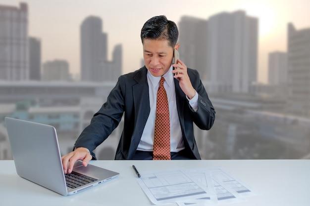 Uomo d'affari molto occupato. Foto Premium