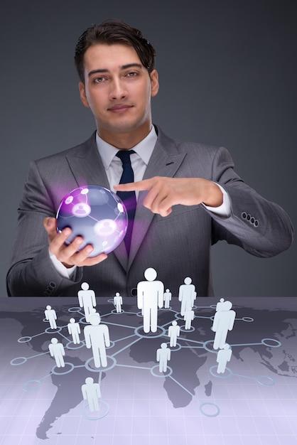 Uomo d'affari nel concetto di reti sociali Foto Premium
