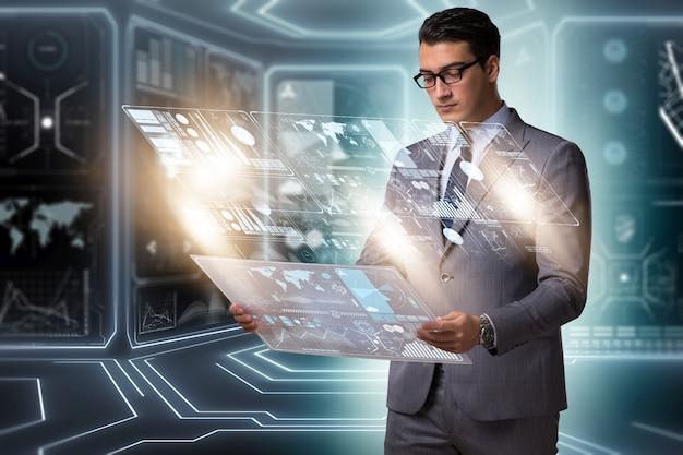 Uomo d'affari nel grande concetto della gestione dei dati Foto Premium
