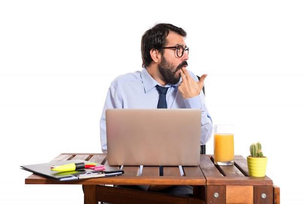 Uomo d'affari nel suo ufficio facendo gesto suicida Foto Gratuite