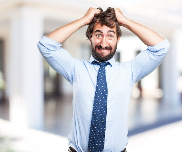 Uomo d'affari pazzesco un'espressione preoccupata Foto Gratuite