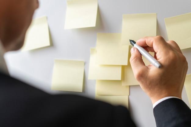 Uomo d'affari pronto a scrivere note Foto Gratuite