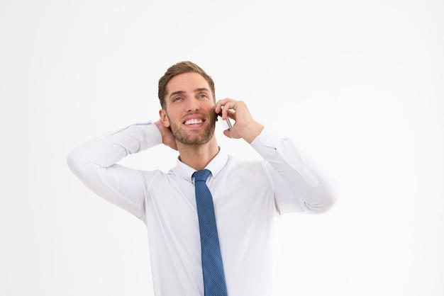 Uomo d'affari rilassato parlando al telefono cellulare Foto Gratuite