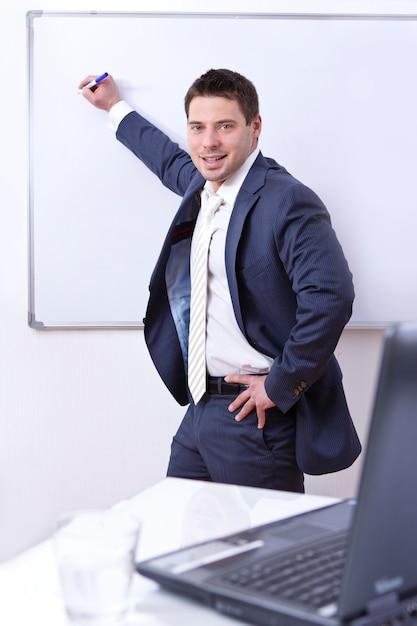 Uomo d'affari scrivendo a bordo Foto Gratuite
