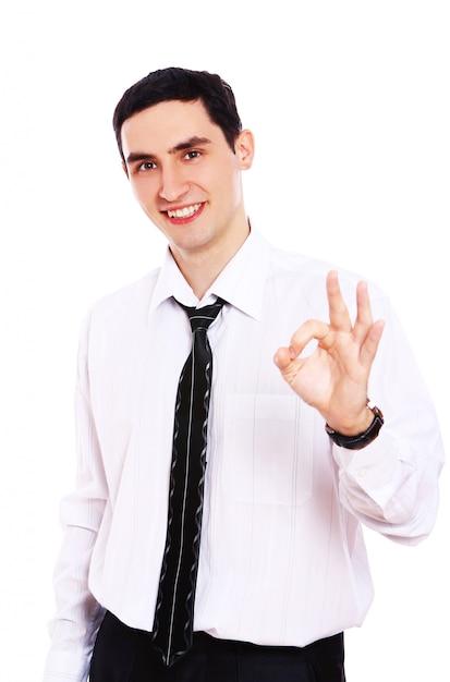 Uomo d'affari sorridente che mostra segno giusto Foto Gratuite