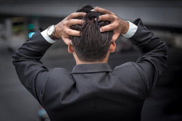 Uomo d'affari stanco o stressato dopo il suo lavoro. Foto Premium