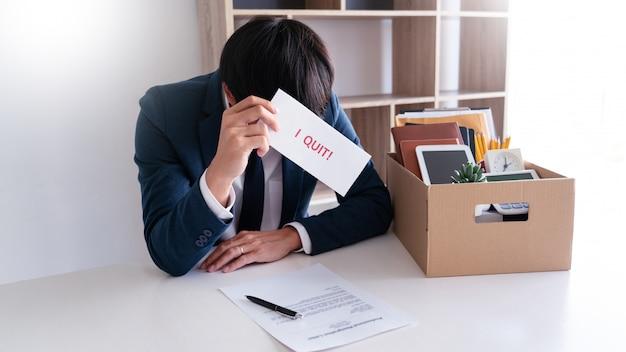 Uomo d'affari stress con lettera di dimissioni Foto Premium