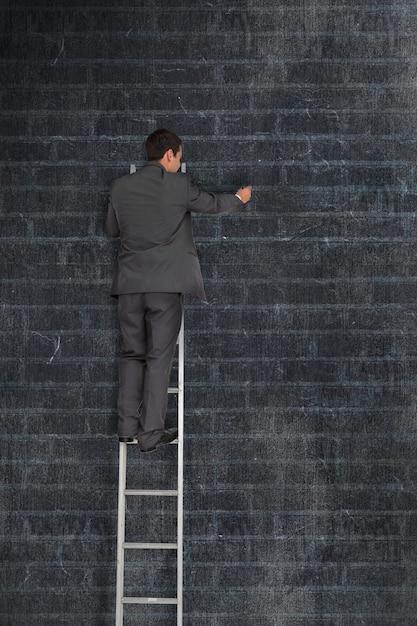 Uomo d'affari su una scaletta Foto Gratuite