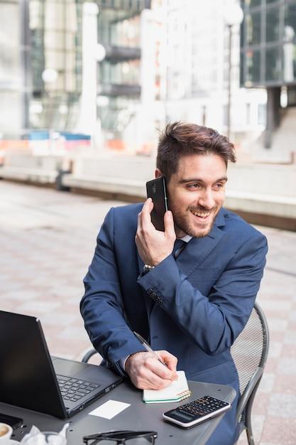 Uomo d'affari su una terrazza Foto Gratuite