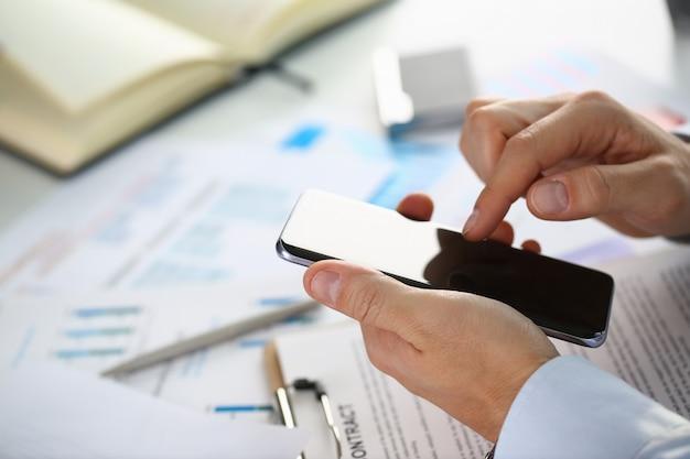 Uomo d'affari tiene un nuovo smartphone Foto Premium