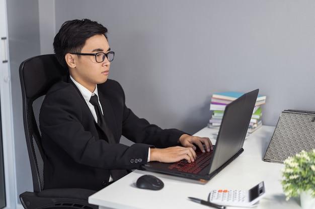 Uomo d'affari utilizzando il computer portatile Foto Premium