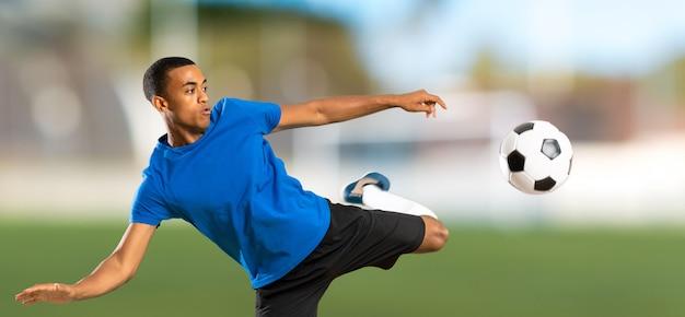 Uomo del giocatore di football americano africano ad all'aperto Foto Premium