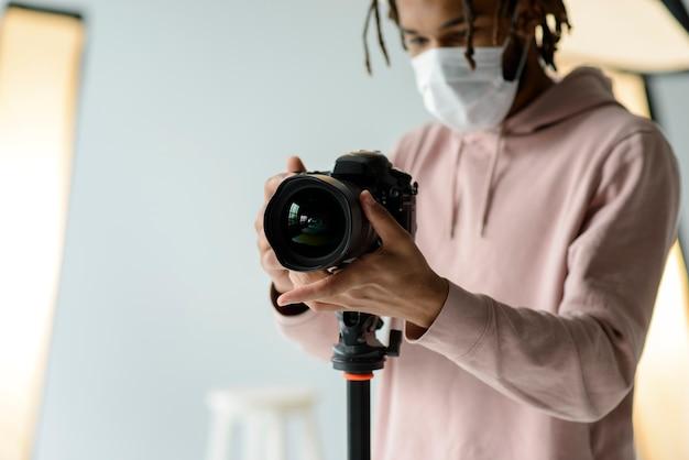Uomo del primo piano con la mascherina chirurgica Foto Gratuite
