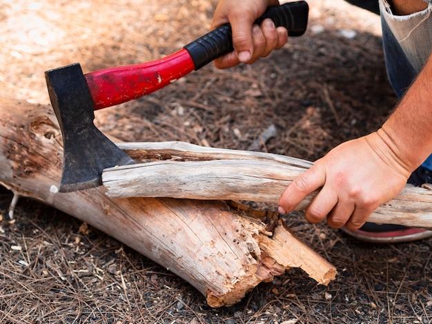 Uomo del raccolto che taglia smagliatura a foresta Foto Gratuite