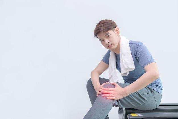 Uomo dell'atleta con dolore al ginocchio dopo l'esecuzione sul tapis roulant. Foto Premium