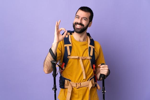 Uomo della viandante sopra la parete isolata Foto Premium