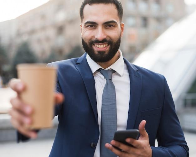 Uomo di affari che gode del caffè Foto Gratuite