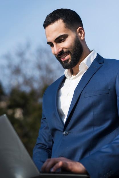 Uomo di affari che lavora al computer portatile Foto Gratuite