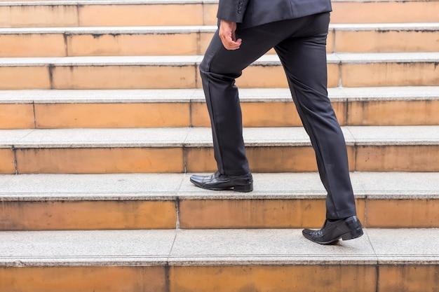Uomo di affari che sale le scale in un'ora di punta per lavorare. affrettati. Foto Premium