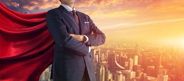 Uomo di affari che spinge grande pietra fino alla collina, mansioni pesanti di affari e concetto di problemi. Foto Premium