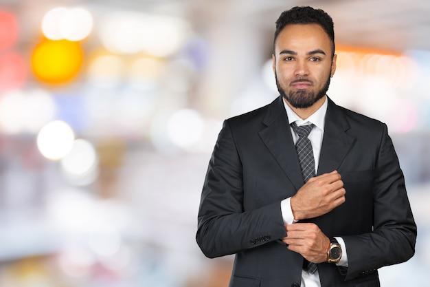 Uomo di affari esecutivo afroamericano allegro bello Foto Premium