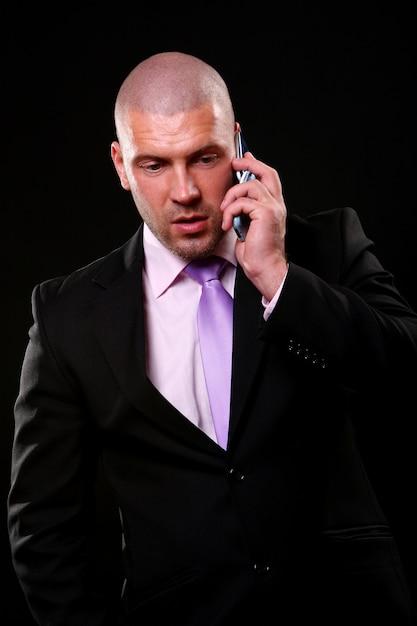 Uomo di affari isolato sul nero Foto Gratuite