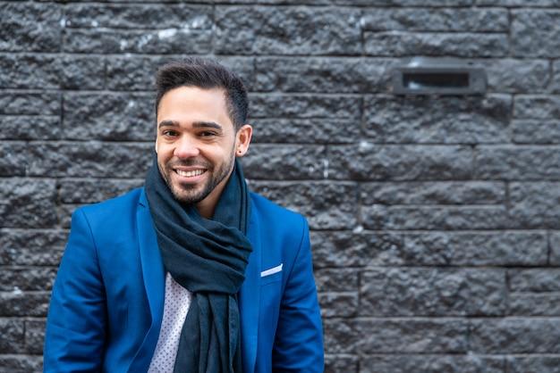 Uomo di affari sul vestito blu che sorride all'aperto. Foto Premium