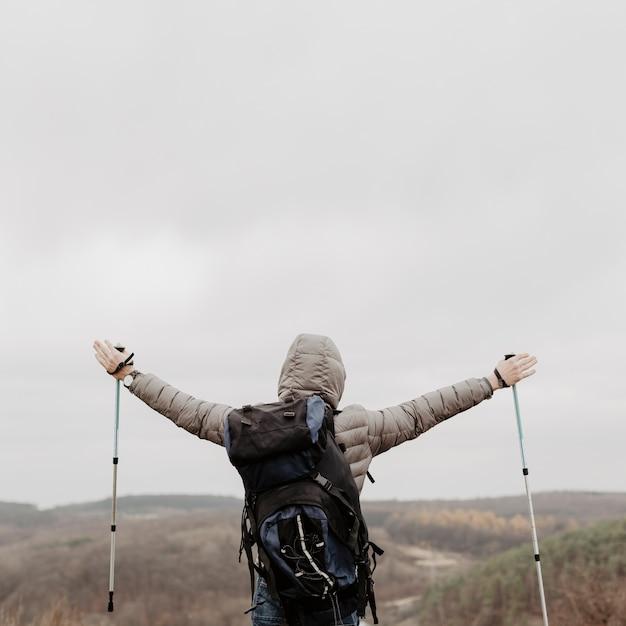 Uomo di angolo basso felice di riuscire arrampicata Foto Gratuite