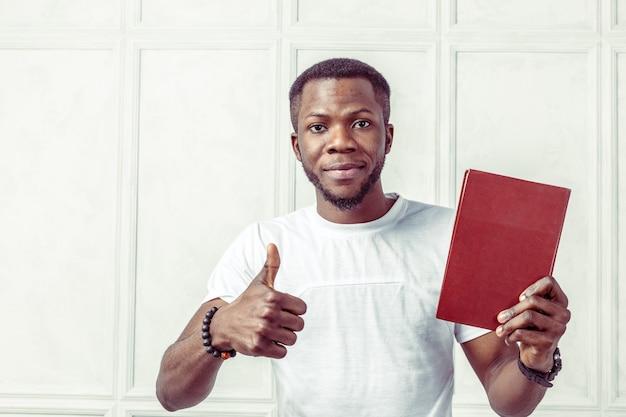 Uomo di colore di affari che tiene un libro Foto Premium