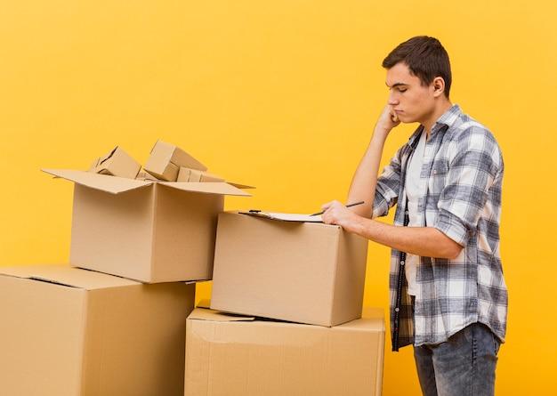 Uomo di consegna ad alto angolo di lavoro Foto Gratuite