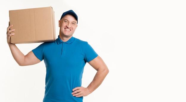 Uomo di consegna che trasportano scatola di cartone Foto Gratuite