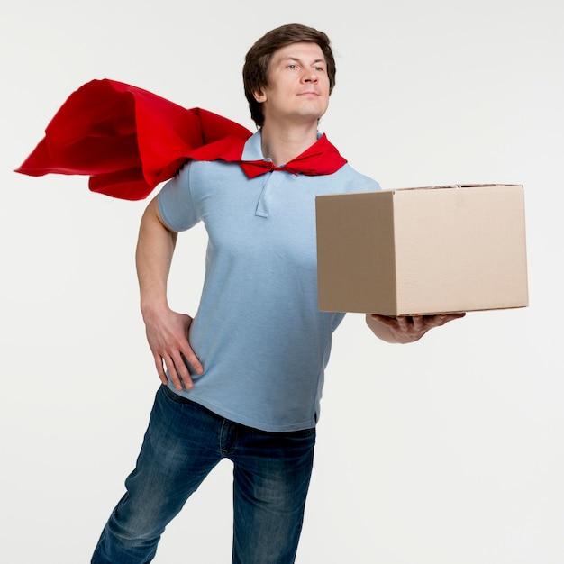 Uomo di consegna colpo medio con mantello Foto Gratuite