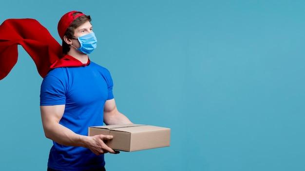 Uomo di consegna colpo medio con maschera Foto Gratuite