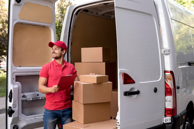 Uomo di consegna con appunti Foto Gratuite