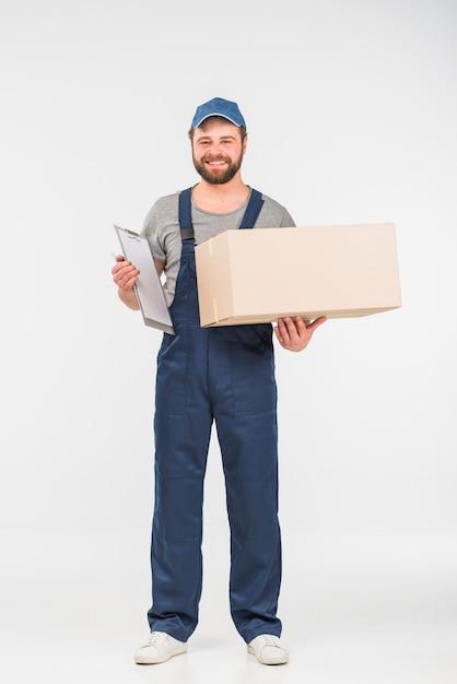 Uomo di consegna con scatola e appunti Foto Gratuite