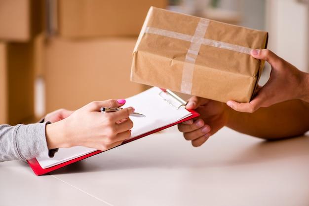 Uomo di consegna consegna pacchi Foto Premium