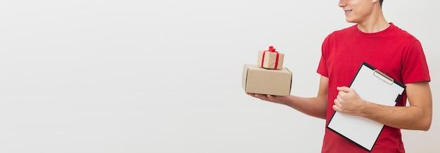 Uomo di consegna copia-spazio con scatole Foto Gratuite