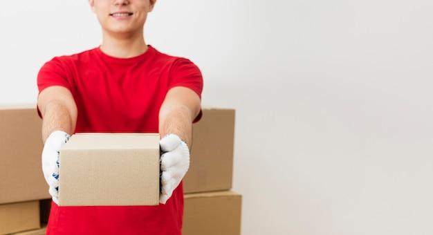 Uomo di consegna del primo piano con copia-spazio Foto Gratuite