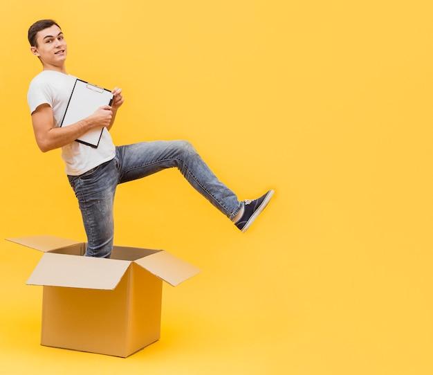 Uomo di consegna giocoso con copia-spazio Foto Gratuite