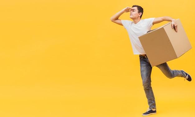 Uomo di consegna giocoso copia-spazio Foto Gratuite