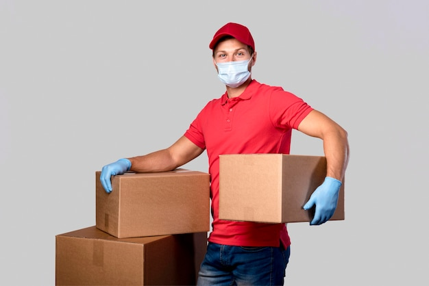 Uomo di consegna ritratto che trasportano pacchi Foto Gratuite